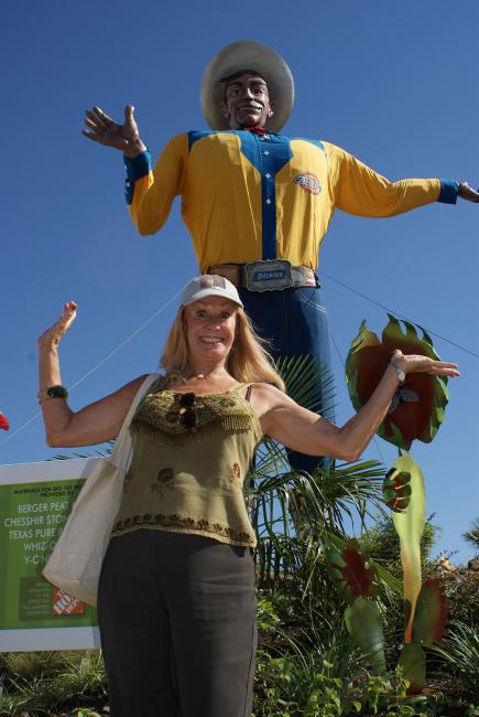 Carol Cleveland meets Big Tex at the Texas State Fair
